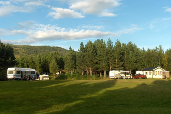 Foto med campingvogner fra Gresslifoss fiskecamp