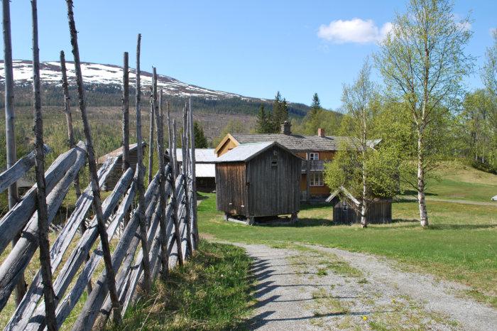 Foto av Brekka, gamle hus med skigard.